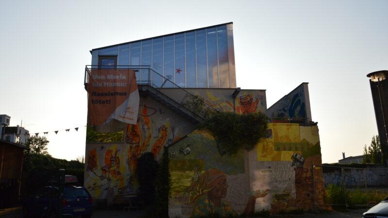 Straßenansicht des Hausprojekt M29 in Berlin mit Treppenaufgang in die oberen beiden Etagen